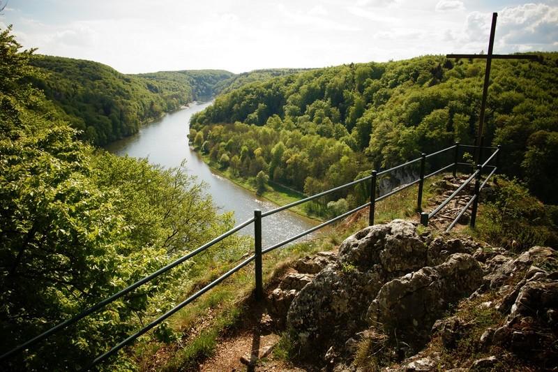 Aussichtspunkt Wieser Kreuz - unten fließt die Donau und links und rechts sieht man den Wald vom Naturschutzgebiet Weltenburger Enge